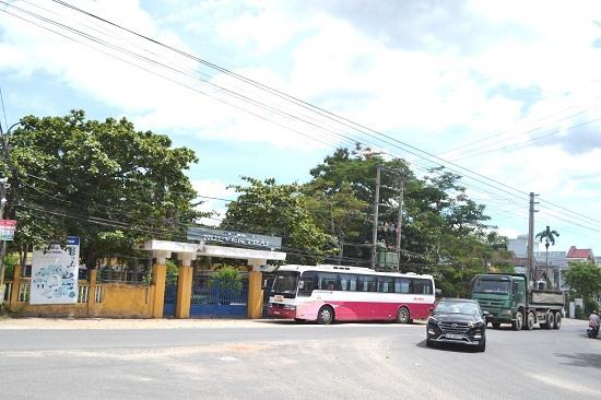 Trường THCS Nguyễn Trãi hiện trạng đã xuống cấp nặng, nằm tại khu vực ngã ba không đảm bảo an toàn giao thông. Ảnh: C.T