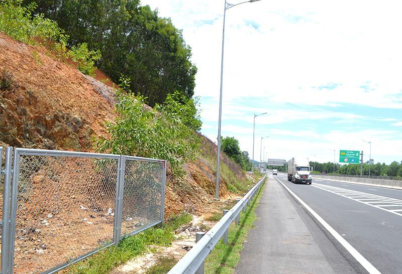 Một vị trí chưa lắp đặt hàng rào bảo vệ qua địa bàn Núi Thành. Ảnh: C.TÚ
