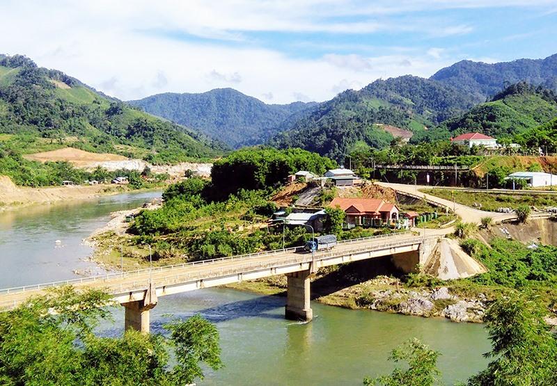 Từ các nguồn vốn NTM, nhiều công trình, dự án đầu tư ở huyện Nam Trà My được hình thành, đáp ứng nhu cầu phát triển của địa phương. Ảnh: ALĂNG NGƯỚC