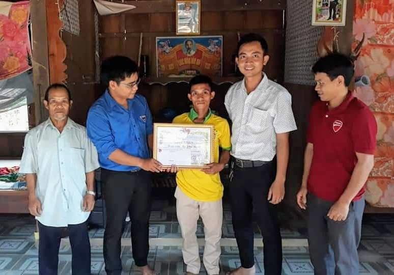 Huyện đoàn Nam Giang trao giấy khen cho anh Ka Hiên Đứnh. Ảnh: A.N