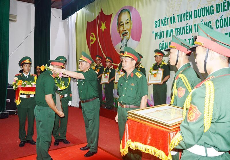 Đảng ủy Quân sự tỉnh khen thưởng các điển hình tiên tiến trong lực lượng vũ trang tỉnh. Ảnh: TUẤN ANH
