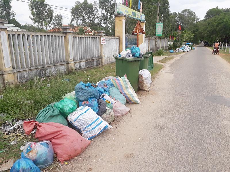 Rác thải chất thành từng đống, bốc mùi hôi thối tại tuyến đường ở thôn Phú Đông, xã Tam Phú. Ảnh: X.T