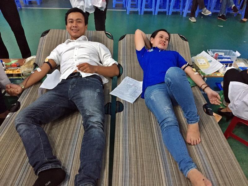 Các nhân viên siêu thị Co.opMart Tam Kỳ tham gia hiến máu tình nguyện. Ảnh: V.V