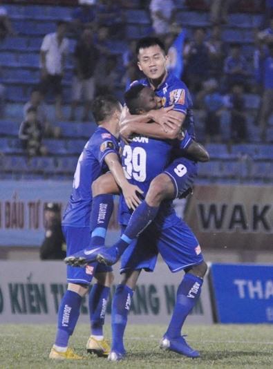 Hà Minh Tuấn (số 9) được đồng đội kênh lên sau khi ghi bàn. Ảnh: A.S