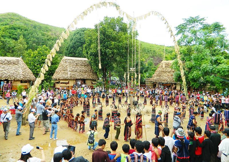 Làng Bhơ Hôồng, xã Sông Kôn, Đông Giang mùa lễ hội. Ảnh: BRIU QUÂN