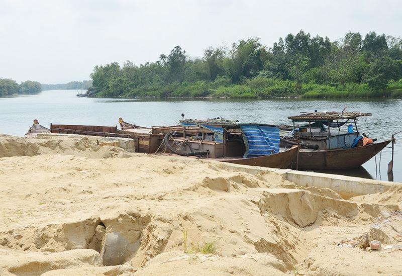 Một bãi tập kết cát ven sông ở phường Điện Ngọc. Ảnh: T.N