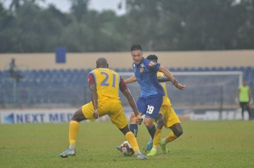 Huy Hùng (số 29) có màn thể hiện khá tốt trước khi lên tuyển quốc gia chuẩn bị cho trận gặp Thái Lan. Ảnh: A.S