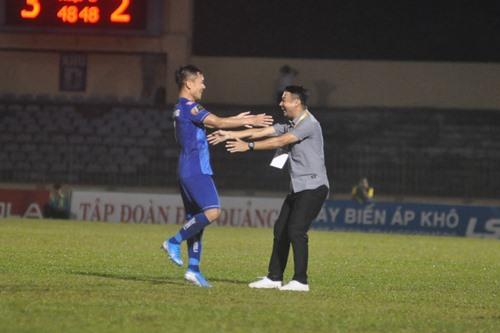 Trái ngược với HLV Võ Đình Tân, HLV Vũ Hồng Việt có được niềm vui sau chiến thắng. Ảnh: A.S