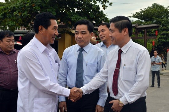 Quang Nam leaders and Vice President of the Lao National Assembly Bounpone Bouttanavong (L)