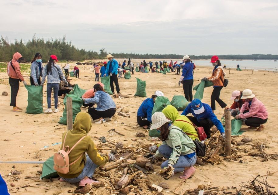 Sinh viên dọn rác tại bãi biển xã đảo Tam Hải. Ảnh: THÀNH ĐẠT