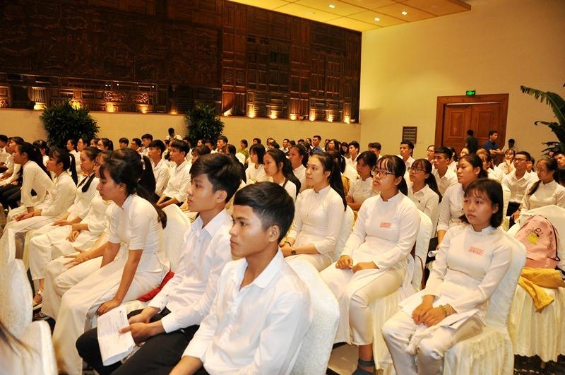 Các tân sinh viên Quảng Nam, Đà Nẵng dự lễ trao học bổng. Ảnh: V.ANH