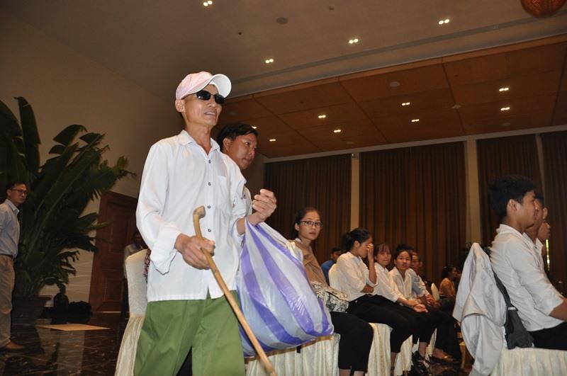 Hình ảnh người đàn ông khiếm thị Ngô Văn Trung (ba của tân sinh viên Ngô Thị Kim Thoa) bước lên sân khấu khiến ai cũng xúc động. Ảnh: V.ANH