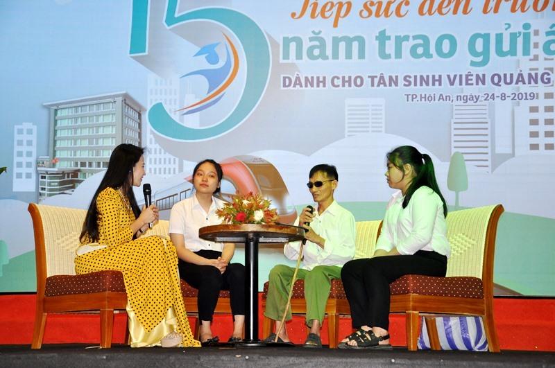 Ông Ngô Văn Trung và con gái (thứ 2 từ trái qua) tham gia giao lưu tại chương trình. Ảnh: V.ANH