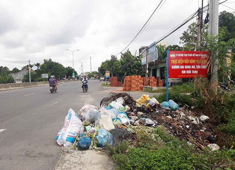 Rác thải ùn ứ trên quốc lộ 1 đoạn qua địa bàn xã Tam Xuân 2. (Ảnh chụp vào sáng 28.8)Ảnh: TRẦN HỮU