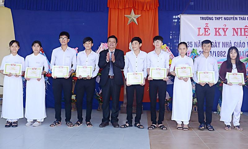 Thầy giáo Lâm Thanh Xuân - Hiệu trưởng Trường THPT Nguyễn Thái Bình tuyên dương khen thưởng học sinh có thành tích học tập xuất sắc. Ảnh: N.T.B