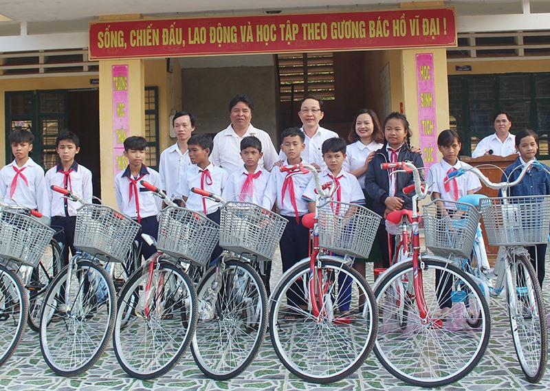Lãnh đạo huyện Tây Giang vận động nhà hảo tâm tặng xe đạp cho học sinh nỗ lực vượt khó học tập. Ảnh:H.T