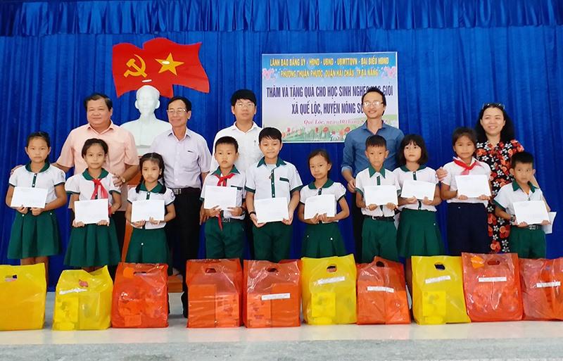 Niềm vui của học sinh miền núi khi nhận được quà từ các nhà hảo tâm. Ảnh: T.T