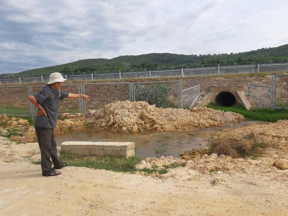 Người dân xã Tam Xuân 2 (Núi Thành) phản ánh cống thoát nước ở các tuyến giao thông gần đường cao tốc quá nhỏ, mùa mưa dễ gây sạt lở đường bê tông. Ảnh: THANH THẮNG