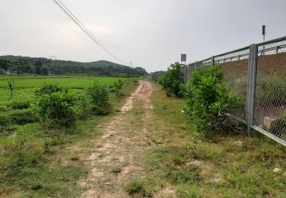 Một số tuyến đường ngang, đường gom dân sinh chưa được hoàn trả. Ảnh: THANH THẮNG