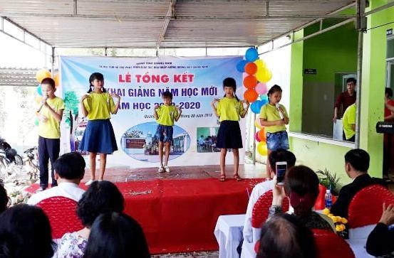 Học sinh của trung tâm biểu diễn văn nghệ trong lễ khai giảng. Ảnh: C.N