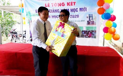 Đại diện lãnh đạo Ủy ban MTTQ Việt Nam tỉnh tặng quà trung tâm nhân dịp năm học mới. Ảnh: C.N