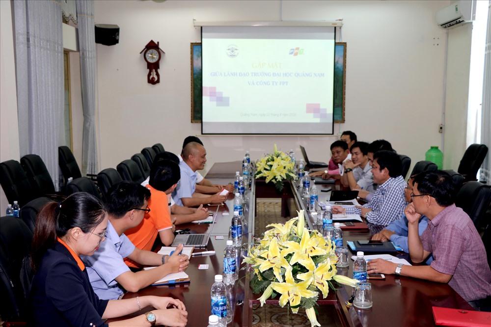 Công ty CP FPT trao đổi nội dung hợp tác với Trường Đại học Quảng Nam. Ảnh: CHÂU HÙNG