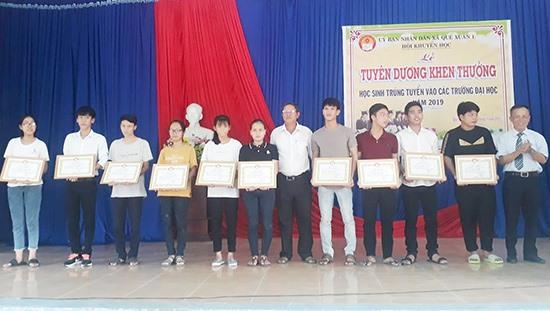 Hội Khuyến học xã Quế Xuân 1 khen thưởng các tân sinh viên. Ảnh: D.T