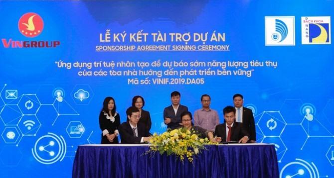 Đại diện Quỹ VINIF và lãnh đạo Trường Đại học Bách khoa - Đại học Đà Nẵng ký kết tài trợ. Ảnh: N.T.B