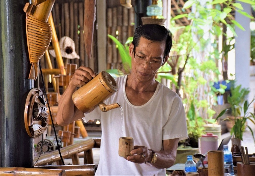 A tea pot of bamboo.