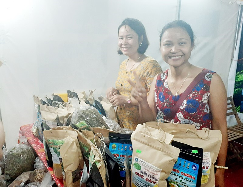 Ho Thi Muoi (left) and her herbal products.