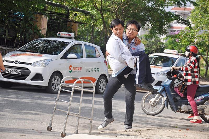 Người khuyết tật đang rất cần các dịch vụ PHCN để cải thiện sức khỏe. Ảnh: X.HIỀN
