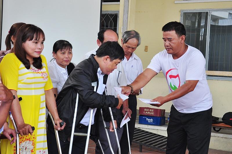 Người khuyết tật đang rất cần các dịch vụ phục hồi chức năng để cải thiện sức khỏe. Ảnh: X.HIỀN