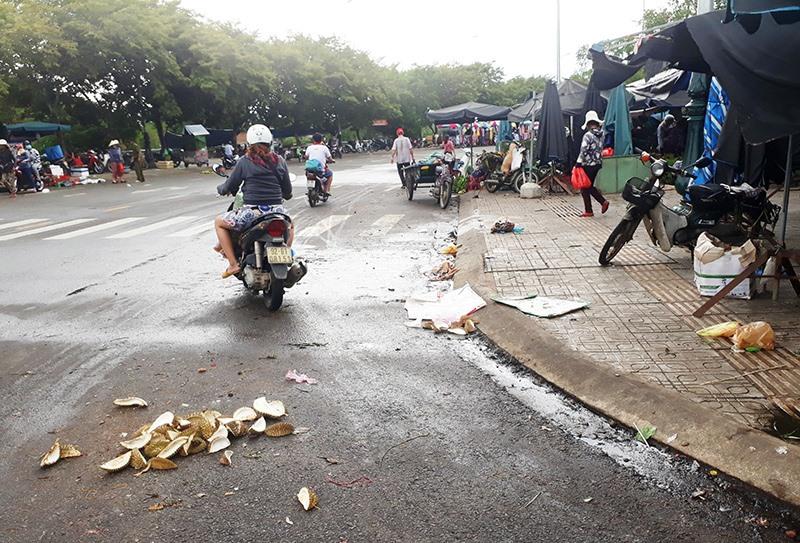 Rác thải, nước thải xả tràn lan tại khu vực đường Bạch Đằng, phía sau chợ Tam Kỳ. Ảnh: B.N