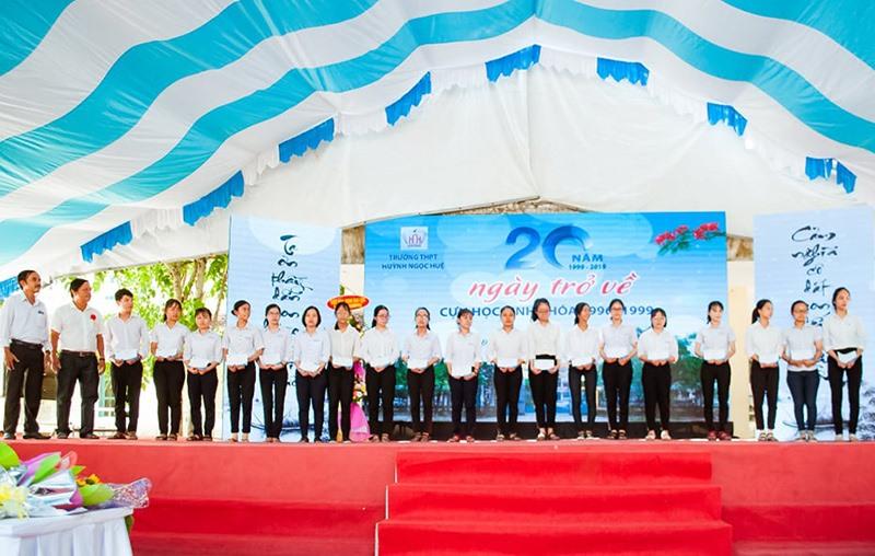Cựu học sinh Trường THPT Huỳnh Ngọc Huệ trao học bổng cho học sinh của nhà trường. Ảnh: A.T