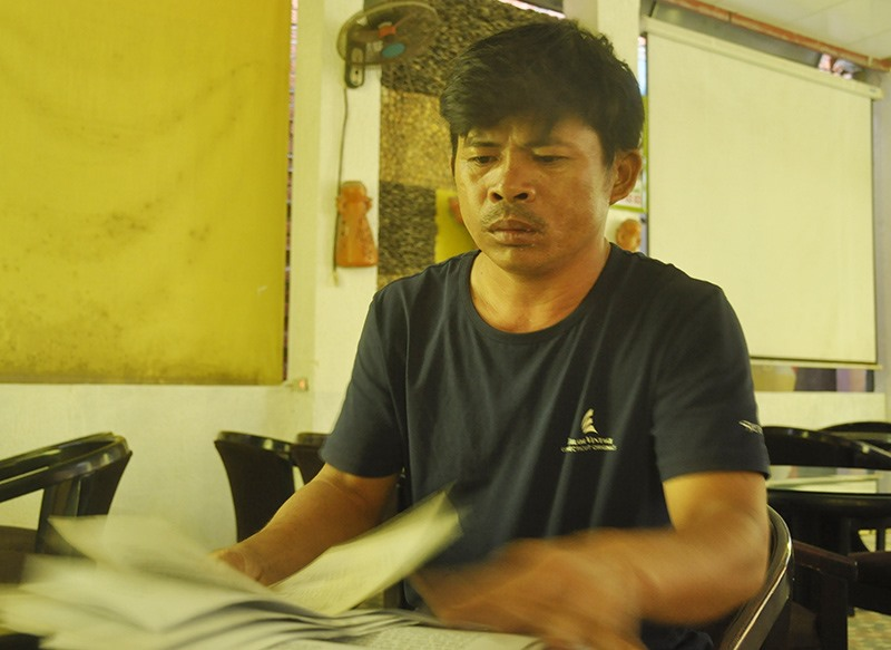 Ông Nguyễn Khương đưa ra hồ sơ chứng minh nguồn gốc đất đang tranh chấp với ông Nguyễn Khoa là của ông Nguyễn Diện. Ảnh: H.G