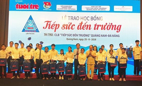 """Trao học bổng """"Tiếp sức đến trường"""" năm 2018 cho tân sinh viên Quảng Nam, Đà Nẵng. Ảnh: MINH HẢI"""