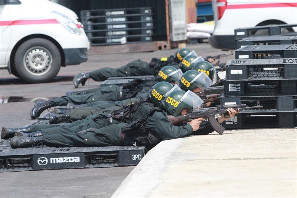 Cảnh sát cơ động tiếp cận hiện trường. Ảnh: T.C