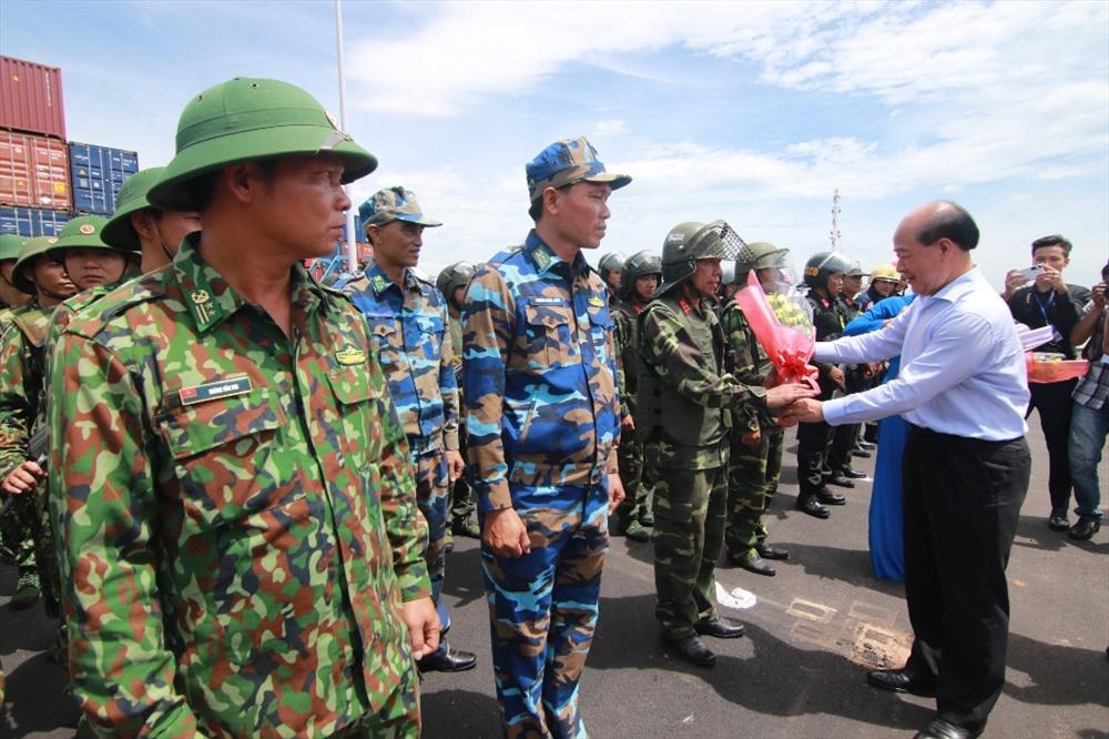 Thứ trưởng Bộ Giao thông vận tải Nguyễn Văn Công tặng hoa các đơn vị tham gia diễn tập. Ảnh: T.C