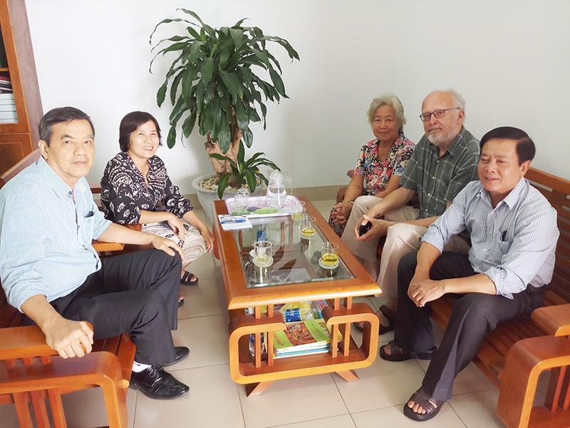 Ban Giám đốc NXB Đà Nẵng trao đổi với cộng tác viên người Pháp về việc in ấn xuất bản sách.