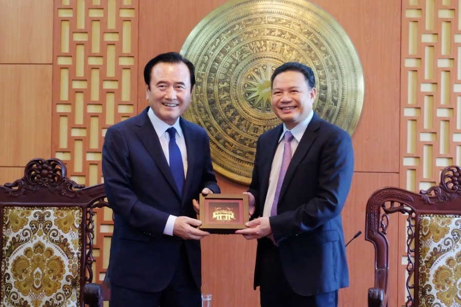 Vice Chairman Thanh (R) and District Chief Seo Chung Su.
