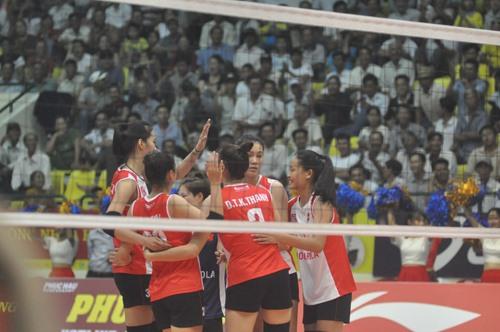 Niềm vui chiến thắng đầu tiên của các cô gái đội tuyển Việt Nam. Ảnh: T.V