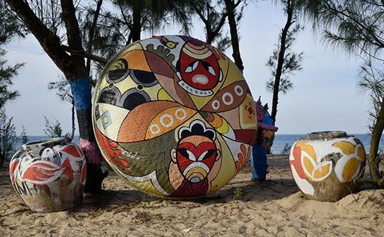 Hai chiếc chum lớn được tô màu, vẽ tranh sắp đặt tại Con đường thuyền thúng xã Tam Thanh.Ảnh: T.VỊNH