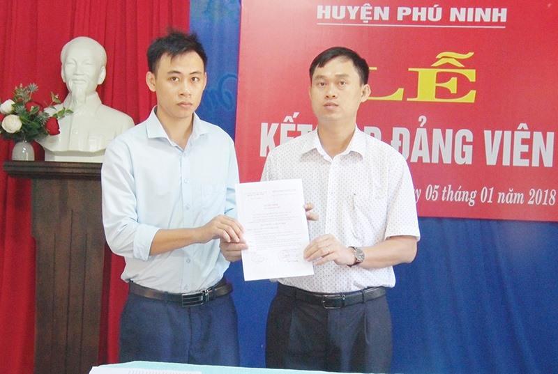Các địa phương đều có chung nhìn nhận công tác phát triển đảng viên đang gặp khó khăn, nhất là ở các vùng nông thôn. TRONG ẢNH: Chi bộ Ban Quản lý dự án đầu tư và xây dựng huyện Phú Ninh tổ chức kết nạp đảng viên mới năm 2018.