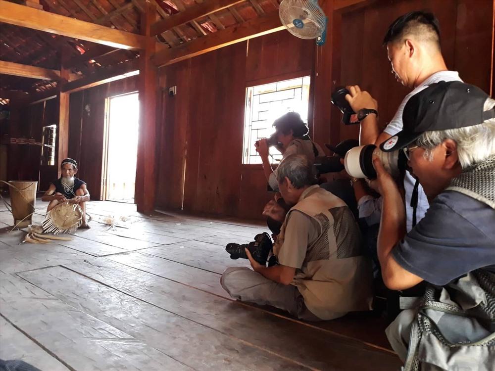 Một chuyến đi thực tế sáng tác ở Tây Nguyên của hội viên Chi hội NSNA Việt Nam tại Quảng Nam. Ảnh: B.A