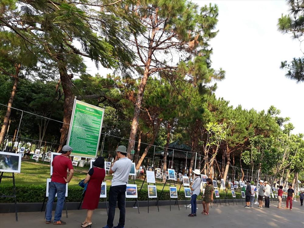 Hội viên Chi hội NSNA Việt Nam tại Quảng Nam thường xuyên tham gia và giành được thành tích cao tại các sân chơi lớn trong và ngoài nước. Trong ảnh: Một góc gian trưng bày ảnh của các NSNA Quảng Nam tại Liên hoan ảnh khu vực Nam Trung Bộ - Tây Nguyên năm 2019. Ảnh: B.A