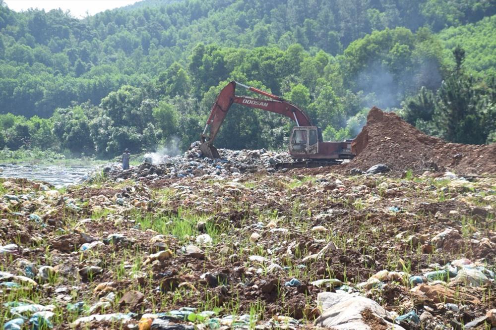 UBND tỉnh yêu cầu khẩn trương khắc phục môi trường tại bãi rác Tam Xuân 2. Ảnh: THANH THẮNG