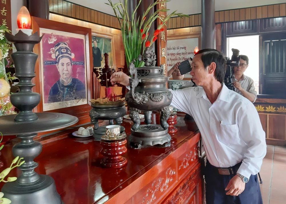 Phó Chủ tịch HĐND tỉnh Võ Hồng dâng hương tại Nhà tưởng niệm Tổng đốc Hoàng Diệu. Ảnh: V.S