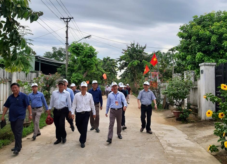 Khảo sát thực tế việc xây dựng mô hình khu dân cư nông thôn mới kiểu mẫu ở thôn Bến Đền (Điện Quang, Điện Bàn). Ảnh: V.S