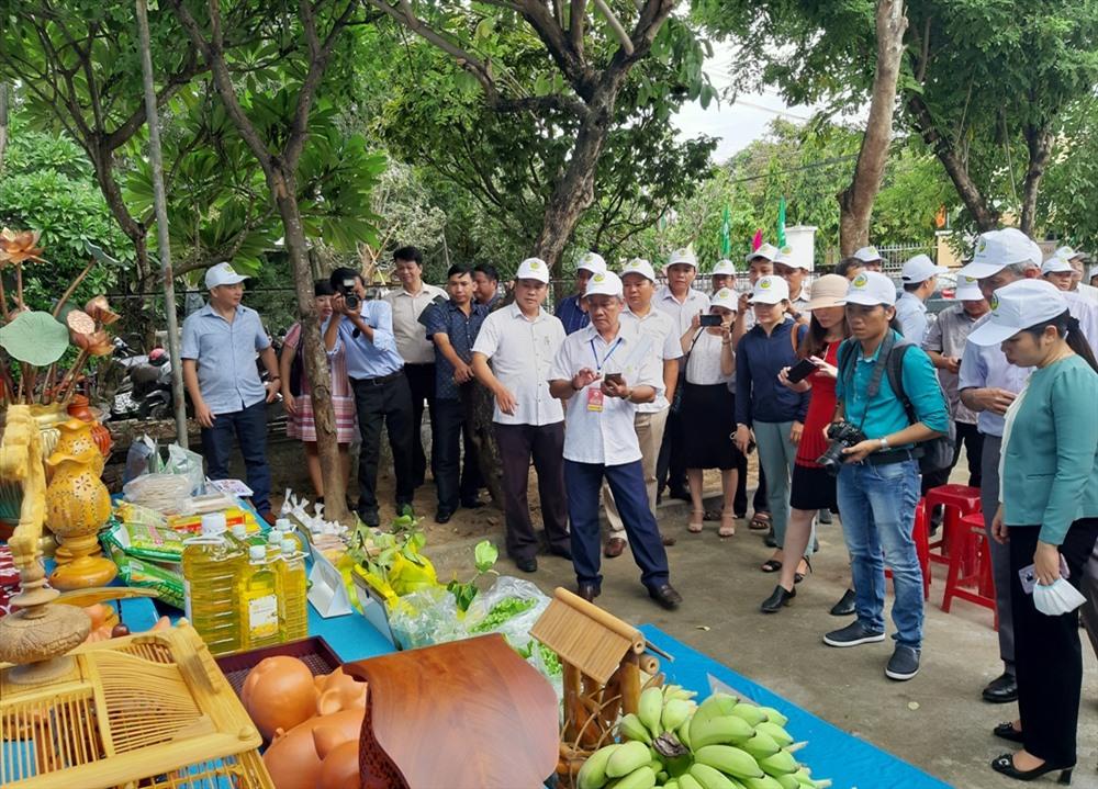Tham quan gian trưng bày các sản phẩm nông nghiệp và công nghiệp nông thôn của thị xã Điện Bàn. Ảnh: V.S