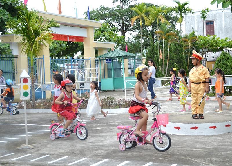 Thực hành trên mô hình trực quan ATGT ở một trường mầm non huyện Đại Lộc. Ảnh: TÚ TIỄN